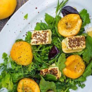 Салат из обжаренных в коньячно-медовом соусе армянских абрикосов и сыра сулугуни